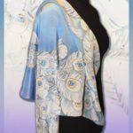 Батик платок «Павлин» белый на голубом фоне. Шелковый платок ручной работы.