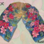 Батик шарф «Клематисы в саду». Шелковый шарф ручной работы.